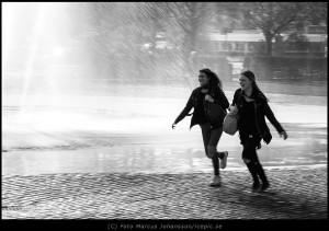 1312-Glada-tjejer-i-fontan