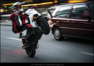 Moppe på bakhjulet Street photography