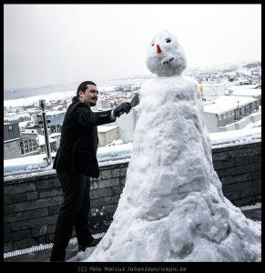 Erkan bygger snögubbe
