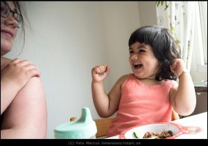 Med nyvunnen energi efter maten spexar hon med sin skygga lilla Mamma