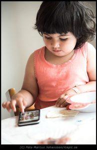 Paus på maten genom att gå igenom bilderna på telefonen