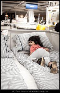 Prövar sängen